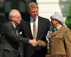 4 mai 1994: Yitzhak Rabin si Yasser Arafat semneaza acordul pentru autodeterminarea palestiniana