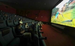 Pandemia pune capat romantismului: Cuplurile, despartite de un scaun in cinematografe