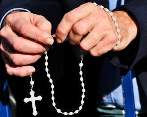 Peste jumatate dintre romani vor religia materie obligatorie