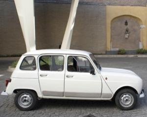 Papa vrea sa devina intruchiparea modestiei si va circula cu un Renault vechi de 30 de ani