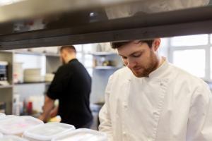 Noi reguli in restaurante: Maximum 8 persoane la masa si instructiuni impotriva COVID-19 in meniu