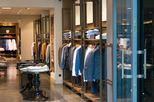 H&M anunta reduceri masive la haine, din cauza stocurilor ramase nevandute