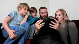 Copiii sub 16 ani nu mai au voie pe Facebook si nici in magazinele online, fara acordul parintilor