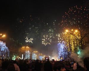 Petrecere cu muzica, artificii si sticle sparte in Piata Constitutiei