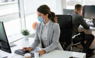Cum sa scapi de teama de a reveni la birou, dupa aproape doi ani petrecuti muncind acasa: sfaturi de la terapeuti renumiti