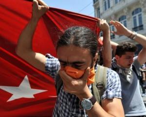 Revoltele continua in Turcia: Erdogan, atacat de protestatari