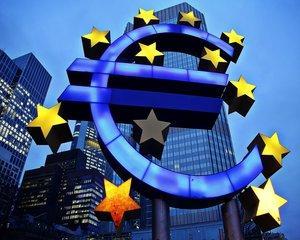 Cursul valutar a explodat pe fondul haosului politic. Euro se apropie de pragul de 4.6 lei