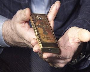 """O companie ruseasca a lansat """"Telefonul ortodox"""". Costa 25 000 de dolari si nu este smartphone"""