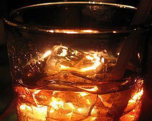 Rusii au baut 10 milioane litri de whisky contrafacut in 2013