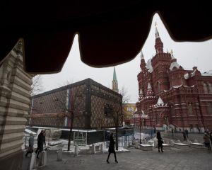 Rusii au scos o valiza uriasa Louis Vuitton din Piata Rosie