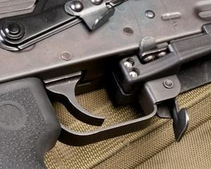 Rusii au scos la vanzare compania care produce mitraliera Kalashnikov