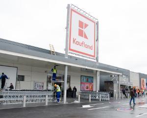 Salarii nete mai mari cu 1 5  pentru angajatii Kaufland Romania  dupa trecerea contributiilor in salariul brut