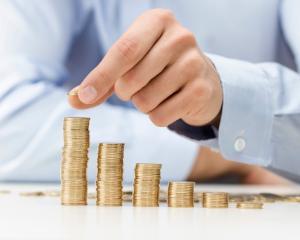 Apar efectele perverse ale maririi salariului minim