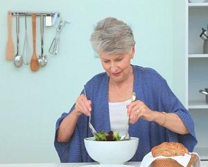 De ce ar trebui varstnicii sa consume salata verde