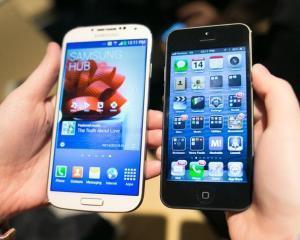 Samsung vinde telefoanele ca paine calda. Apple pierde din cota