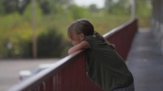 Scoala online nu creeaza diferente intre clasele sociale, ci le adanceste: Copilul care nu avea anul trecut ghetute, azi nu are internet