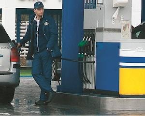 Noua formula de calcul a accizei scumpeste carburantii cu 9 bani/l si tigarile cu 50 bani/pachet
