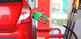 INFOGRAFIC. Desi nu avem salariile nemtilor sau austriecilor, carburantul nostru se scumpeste mai mult ca la ei: plinul rezervorului e un lux