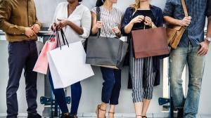 Aproape 50% dintre romani cheltuiesc mai mult decat castiga, iar opt din 10 cumpara lucruri de care nu au nevoie