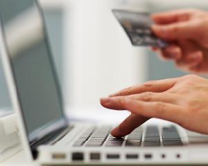 Hainele, cosmeticele si electronicele, vedetele cumparaturilor online