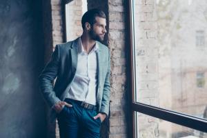 3 articole esentiale care compun stilul business casual
