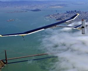 Avionul alimentat cu energie solara se pregateste de zborul peste ocean