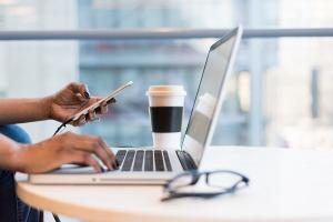 Cine sunt stapanii Internetului?