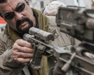 Steven Seagal va promova armele Kalashnikov