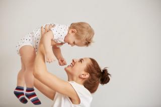 1.500 de lei de la stat pentru parintii care revin la munca din concediul postnatal