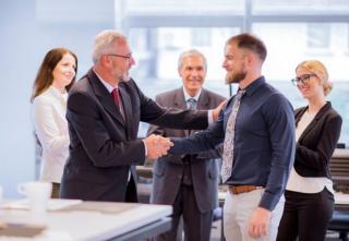 7 strategii prin care marii lideri isi intimideaza, la nivel subconstient, partenerii de afaceri sau angajatii