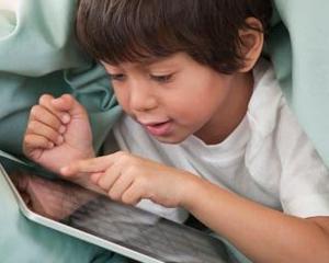 Studiu: Copilasii, tot mai atrasi de tablete si smartphone-uri