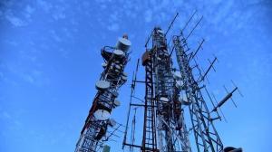 Doua treimi dintre romani stiu ca retelele de telecomunicatii emit radiatii. 40% nu se protejeaza, 35% tin aparatele la distanta