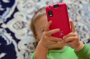 OMS: NU le mai dati telefoane copiilor. Ghidul OMS privind folosirea corecta a telefonului, in functie de varsta