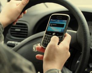7 din 10 soferi folosesc telefonul in timp ce conduc. Explicatia psihologului