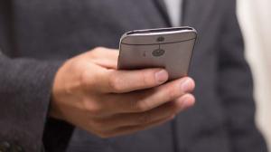Tot mai multi romani se imprietenesc cu mobile banking-ul