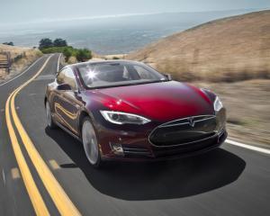 Tesla lasa la pret