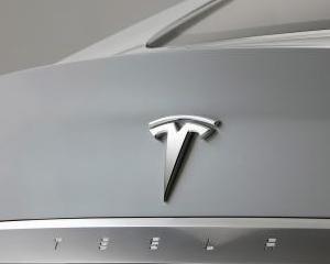 """Tesla Model S valoreaza mai mult """"la mana a doua"""" decat noua"""