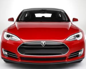 """Tesla va lansa un automobil mai mic, denumit """"Model 3"""""""