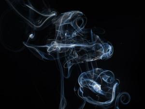 Studiu nou: Fumatorii de tigari electronice se expun anumitor boli cronice