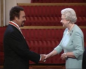 29 martie 2006: Tom Jones primeste titlul de cavaler al Ordinului Imperiului Britanic