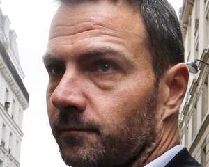 Un bancher condamnat la inchisoare va merge pe jos de la Roma la Paris, in semn de protest