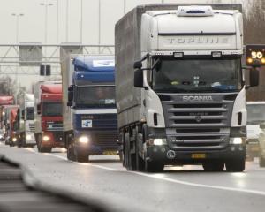 Acciza pe carburanti trimite transportatorii sa alimenteze in afara tarii