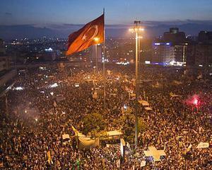 Turcii protesteaza din nou in mod violent. Mii de oameni au iesit pe strazi