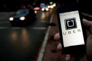 O masina Uber fara sofer a lovit mortal un pieton. Compania suspenda testarea masinilor