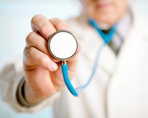 Un medic roman, suspendat dintr-un spital britanic pentru ca a trimis acasa un pacient cu gatul rupt