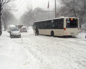In Bucuresti a nins si cu amenzi: 136.000 de lei pentru cine n-a dat  zapada de pe trotuare