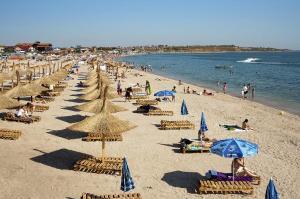 Plajele din Vama se redeschid la 75% din capacitate. Sezlongurile s-au scumpit