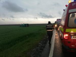 VIDEO Tornada pe DN21: Un autocar plin cu pasageri a fost rasturnat. A fost activat Planul Rosu de Interventie