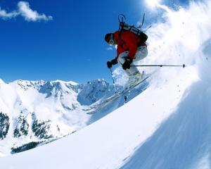 Franta: Vanzari-record de casti de protectie pentru schi