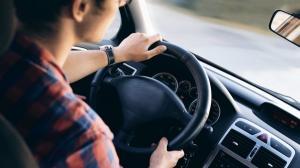 Aproape toti soferii romani asculta muzica la volan. 1,9% mai au casete audio